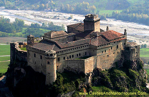 The Castle of Bardi (or Landi), Upper Ceno Valley, Parma, Emilia-Romagna, Italy - www.castlesandmanorhouses.com