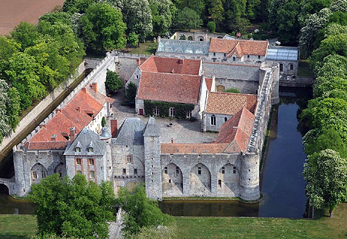 The Château de Farcheville, in the commune of Bouville, Essonne, France - www.castlesandmanorhouses.com