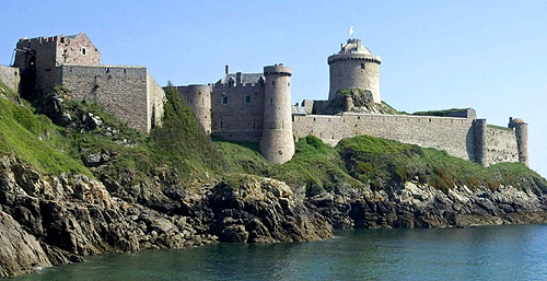 Fort-la-Latte or Castle of La Latte, in the commune of Fréhel, Côtes-d'Armor, Brittany, France. - www.castlesandmanorhouses.com